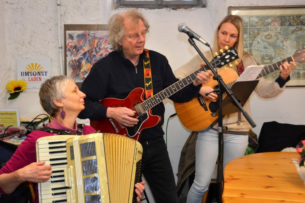 Gisela Theis, Herbert Knies und Eva Howell sorgen für das musikalische Rahmenprogramm
